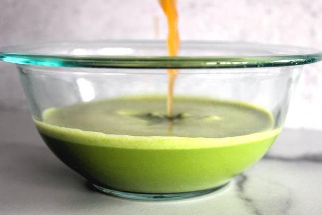 Apple cider vinegar and spinach cashew milk